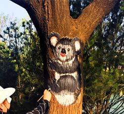 天津树上彩绘动物世界墙绘恒大地产园区手绘墙大树树干上彩绘创意树干画树干装饰树上作画树干彩绘树上绘画图->