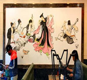 天津滨海新区墙体彩绘之新疆少数民族手绘墙画。酒店墙面上绘画好客的新疆人载歌载舞欢迎来饭店酒店的客人。->