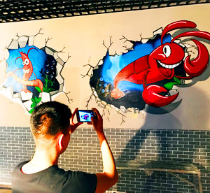天津墙体彩绘公司为滨海新区海鲜店餐饮墙体彩绘墙面上绘制震撼的3D虾墙体立体画和螃蟹墙绘栩栩如生!->